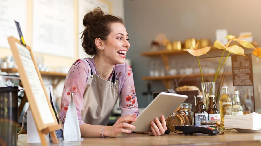Mujer sonriente sosteniendo una tablet